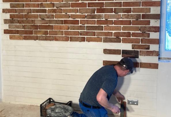 montaż płytek ze starej cegły